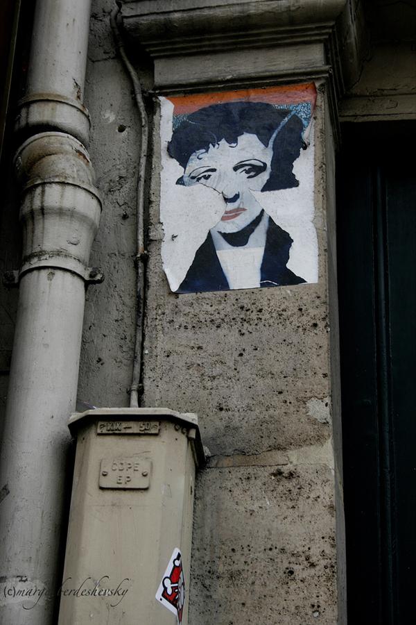 Piaf on a wall